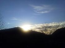 玄関前から見た日の出。写真は前々回の初日の出ですが、同様の眺めは毎日お楽しみ頂けます。