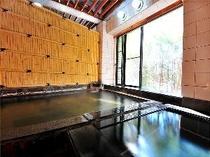 窓からこぼれる緑を眺めながら、天然温泉でリラックス