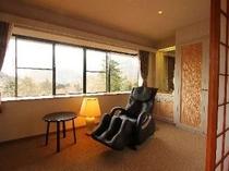 窓の外に箱根の山と森を望む寛ぎの和室です。*無料マッサージチェアも全室に完備