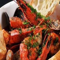 【お料理】<新鮮な魚介類をふんだんに使用したブイヤベースです><C>