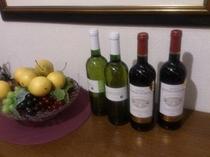 フルボトルワインはフランス産。赤はコクあり、白は軽やか、ともにやや辛口です(別注)