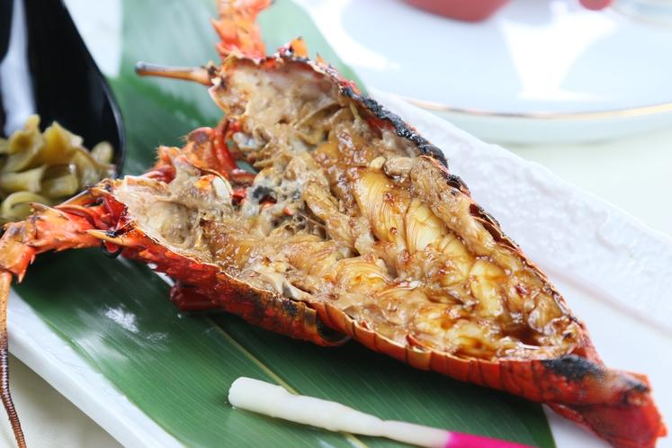 殻ごと焼き上げる香ばしさと共に、伊勢海老との相性が絶妙な料理長秘伝のタレでお召し上がりください。