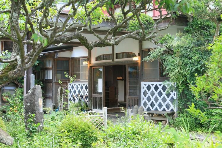 庭の自然と日本建築の調和。豊かな自然に囲まれた一軒宿です。