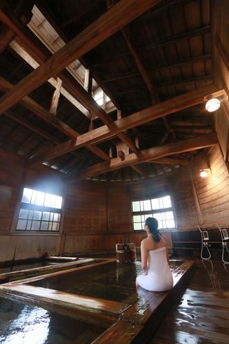 万葉の湯も木造の女湯としては国内最大、さらに一部が半円構造となっている建物は他に類を見ないものです。
