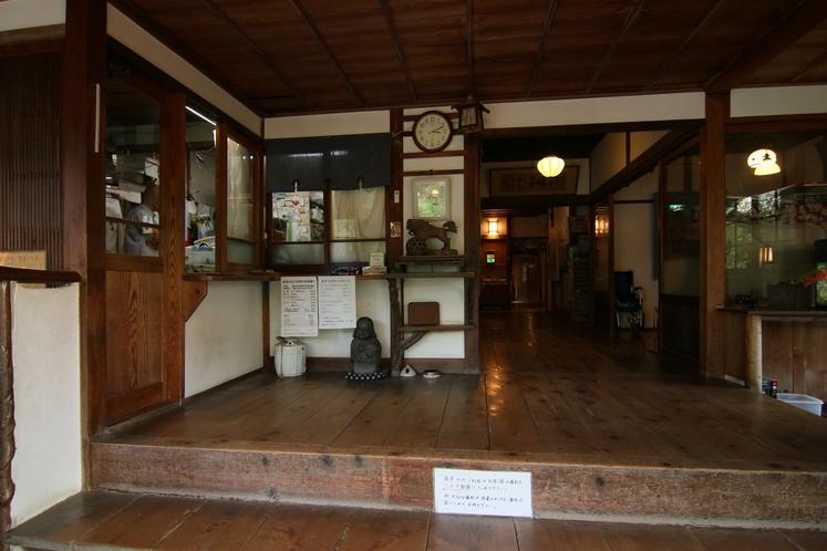 昭和の香りが漂うレトロな雰囲気の玄関です。