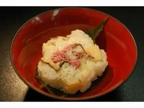 桜の塩漬けが一足早い春の 桜寿司