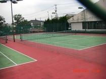付近のテニスコート