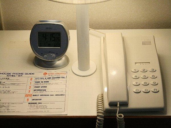 客室内(電波目覚まし時計・モーニングコール機能付き電話機)
