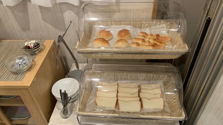 朝食 日替わりパン♪ 野菜やハムを挟んでオリジナルサンドウィッチも作れます♪