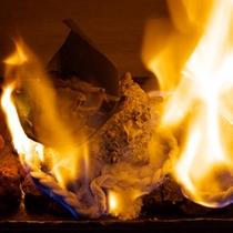 ◆目でも楽しめる料理♪炎に包まれる「サザエの熔岩焼き」
