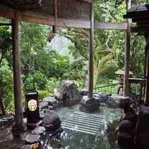 唐傘天井の露天風呂(正方形)