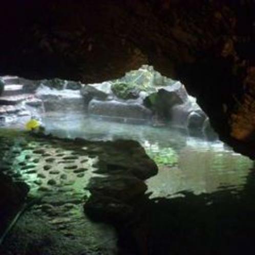 七滝・渓流の溶岩洞窟風呂(正方形)