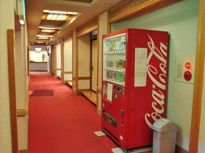 通路!自動販売機、ジュースやビールがお求めになれます。