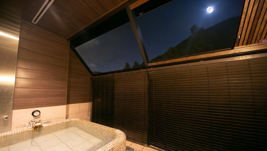 満天の星空を見上げながら、『美肌の湯』を十分にお楽しみ下さい。(無料貸切露天風呂「牡丹」)