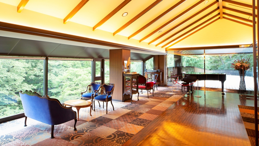 ヒーリングミュージックが心地よい、西洋アンティーク家具の並ぶメインロビー。