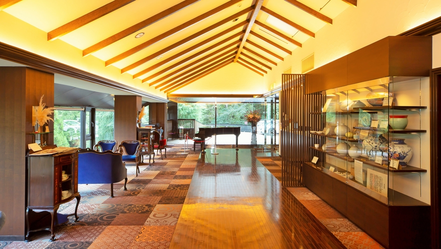 非日常を感じる、グランドピアノが鎮座し、重厚なアンティーク家具が配置されたメインロビー。