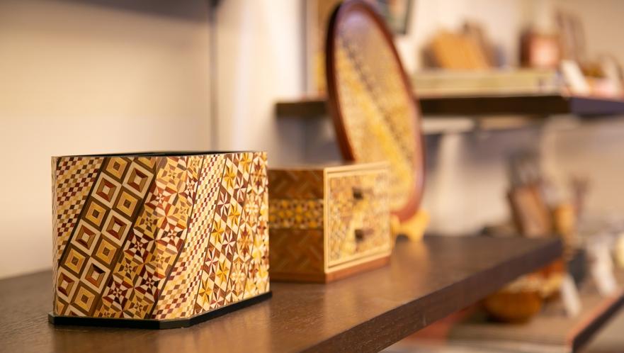 箱根名産の寄木細工や人気のお土産を揃えております。