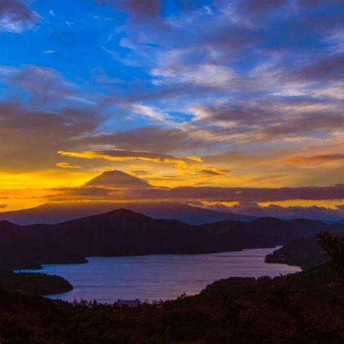 ~芦ノ湖の夕景~神秘的な美しい湖は絶景が広がります。