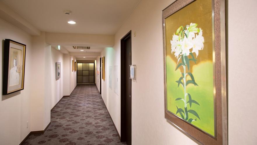 館内には60作品以上の真作絵画が展示されています。