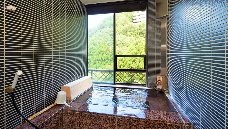 御影石の内風呂はもちろん源泉掛け流し。お好きな時に湯あみをお楽しみいただけます(セミスイートルーム)
