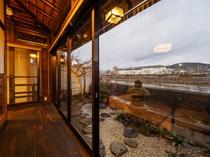 鴨川を望む廊下と外庭