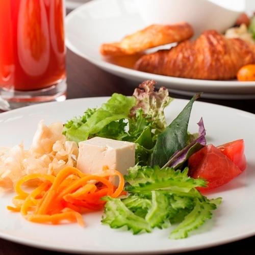【朝食】カラフル野菜でビタミンもたっぷり。