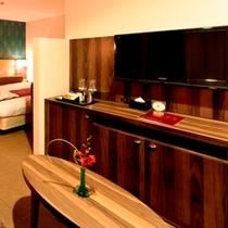 【デラックスキング】大型液晶TVを2台、ベッド正面にも。ゆったりとお過ごし頂けます