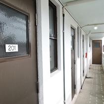*【廊下】階段を上がり外廊下からお部屋へお入りいただきます。