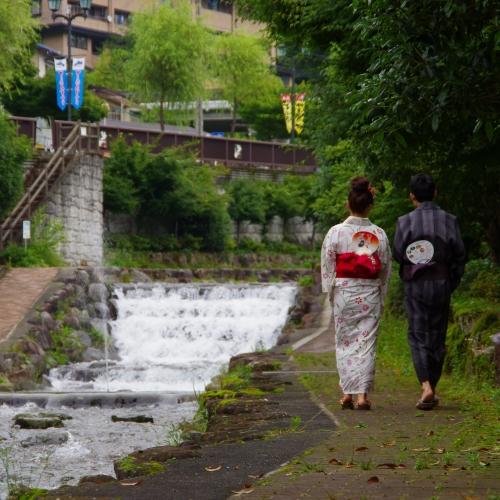 ◆【せせらぎの小路】温泉街の中心を流れる阿多野谷沿いには遊歩道が整備されている