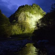 ◆【巌立峡ライトアップ】ライトアップされた幻想的な巌立