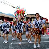 ◆【湯の華みこしパレード】みこしやサンバのにぎやかなパレード