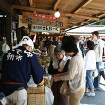◆【いでゆ朝市】地元の土産品や地酒などが並ぶ朝市