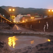 ◆【温泉といでゆ大橋】噴泉塔と飛騨川にかかるいでゆ大橋(下呂大橋)