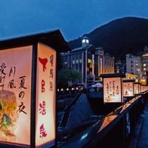 ◆【夏の温泉街】ユーモアあふれる狂俳行燈が街を彩る