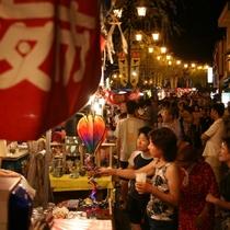◆【いでゆ夜市】7~8月の毎週土曜日に開催、阿多野谷沿いに店が並ぶ