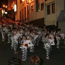 ◆【民踊ながし】そろいの浴衣で温泉街を踊りながら進む「民踊ながし」