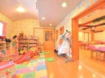 ダイニングに隣接するおもちゃと絵本がいっぱいのキッズルーム