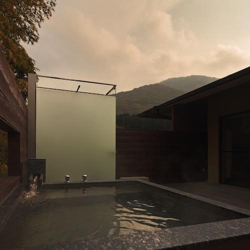 【しおん】スカイテラスの大きな露天風呂から、箱根の四季折々の景色をお楽しみ下さい。