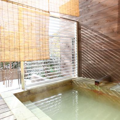 【ざぜんそう】朝日を浴びながら入る客室露天風呂。白濁のお湯を心ゆくまでたっぷりと。