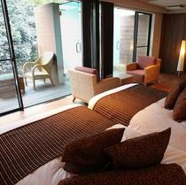 【すすき】客室の大きなウィンドウからバルコニーへと続く空間は、開放感に溢れています。