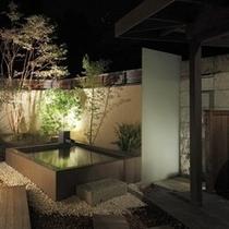 貸切露天風呂「木漏れ日」_ガーデンソファでゆったりと(予約制)