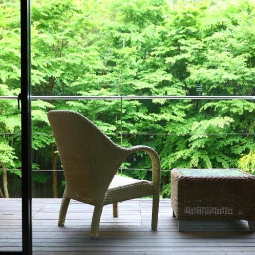 お部屋のバルコニーから緑の景色を望む