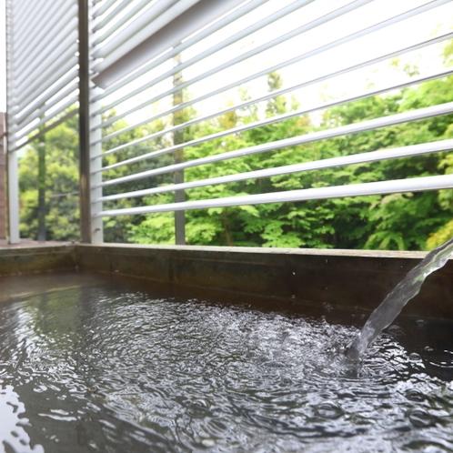 お部屋の露天風呂から緑の景色を望む
