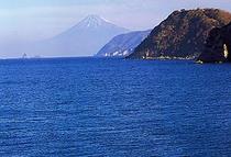 石部の入江から駿河湾越しに望む富士山。