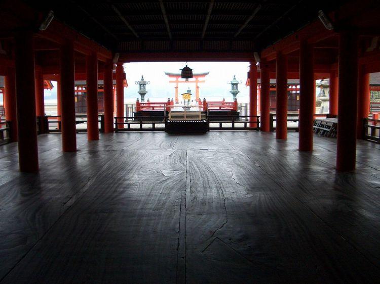 宮島・本堂から海を望む