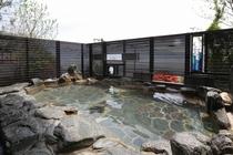 ステンドグラスが印象的な岩造りの露天風呂。男女入換え制となります。