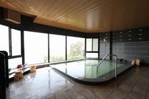 シックなタイルが印象的な展望大浴場。男女入換え制となります。