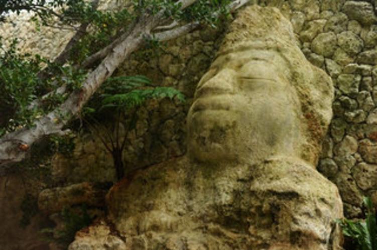 【中庭】高さ7メートルを超える 石仏