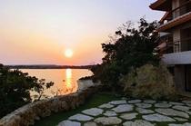 【伽藍スイート】湛水の間:中庭からの夕暮れ
