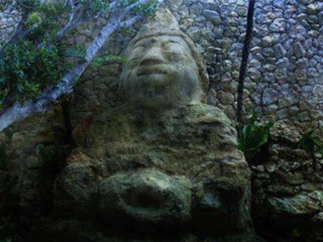 【中庭】洞窟(ガマ)にある大仏